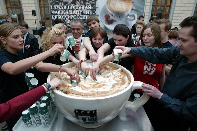 10. Самая большая чашка капучино Чашка капучино высотой 45 см, диаметром 71,5 см и весом 50 кг была приготовлена в Москве командой из 6 энтузиастов.