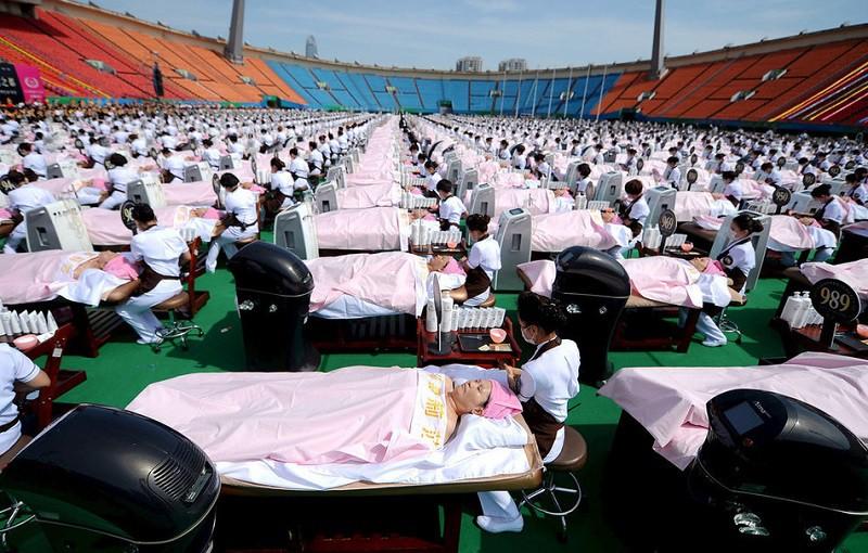11. Самое большое количество людей, проходящих массаж лица В мае этого года 1000 китайцев нежились под заботливыми руками массажистов на одном из стадионов.