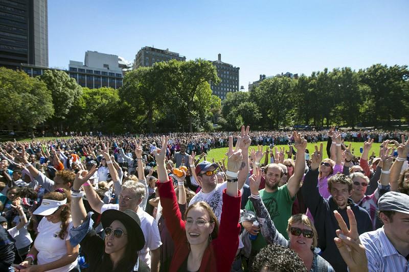 14. Максимальное количество людей, показывающих V 6 октября 2015 года огромное количество людей собралось в Центральном парке Нью-Йорка, чтобы сформировать самый большой знак мира. Событие было приурочено к 75-летию со дня рождения Джона Леннона.