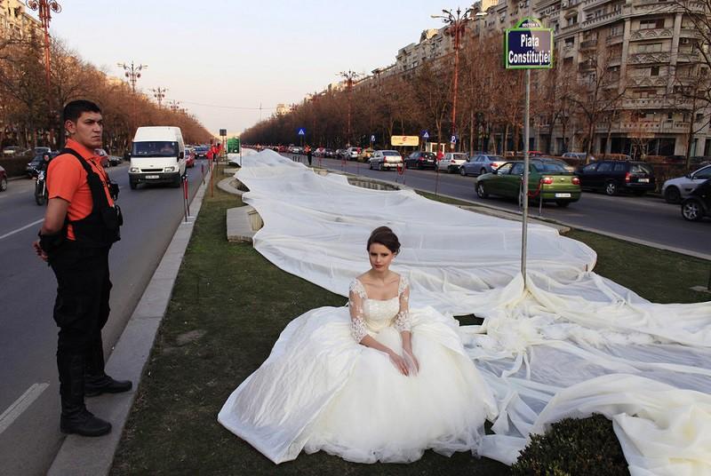 16. Самый длинный шлейф свадебного платья Румынка Эмма покрасовалась в платье со шлейфом длиной 2750 метров. Всего на производство этого чуда легкой промышленности ушло 100 дней, 1857 игл и 4500 метров ткани