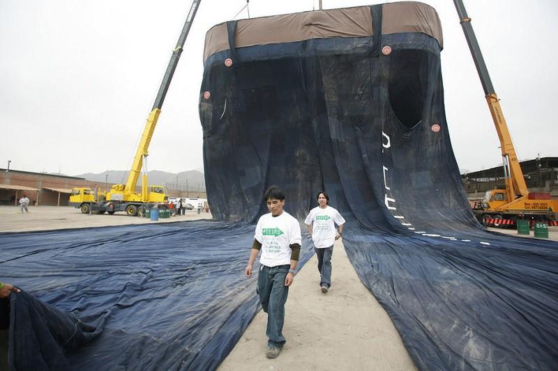 17. Самые большие джинсы Перуанские швеи постарались и сделали джинсы длиной 40 и шириной 30 метров. Вес изделия перевалил за 2 тонны.