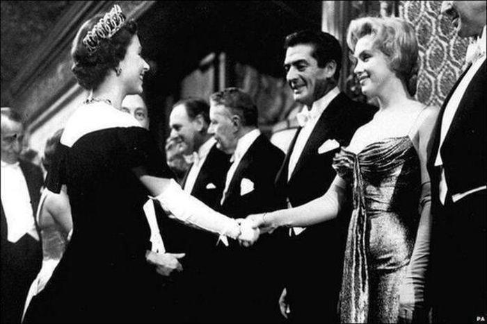 Королева Елизавета приветствует Мэрилин Монро, 1956 год.