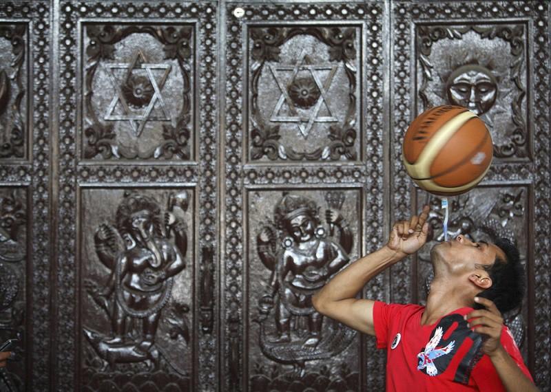 19. Самое долгое вращение баскетбольного мяча на зубной щетке во рту Танешвар Гурагай умеет держать таким образом мяч аж 22,41 секунды. Надеемся, парень умеет еще что-то в этой жизни.