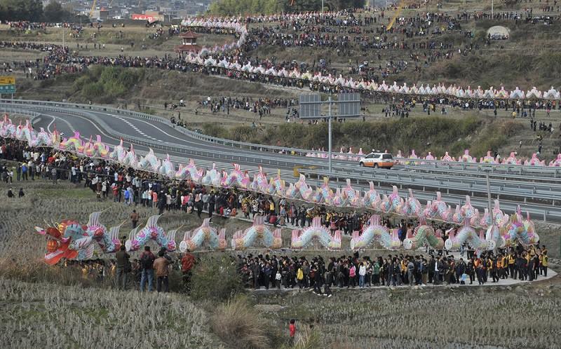 22. Самый длинный парад 6 февраля 2012 года китайцы соорудили самого длинного дракона из бумаги и бамбука. Оно-то и понятно: китайцев ведь много!