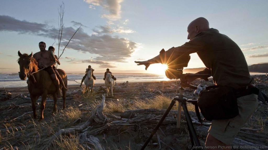 Джимми Нельсон. Документировал жизнь вымирающих племен, пытаясь донести до людей все величие их необычной культуры. Стал первым белым человеком, которого увидели многие из таких племен.