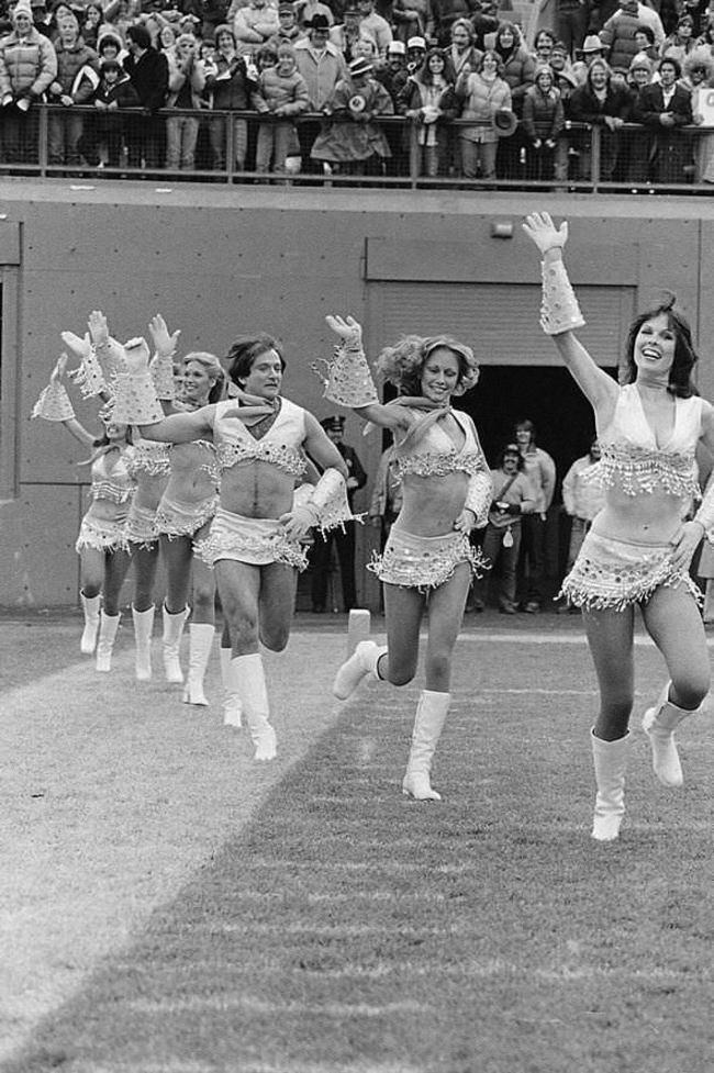 Робин Уильямс танцует в костюме чирлидерши, 1980 год.