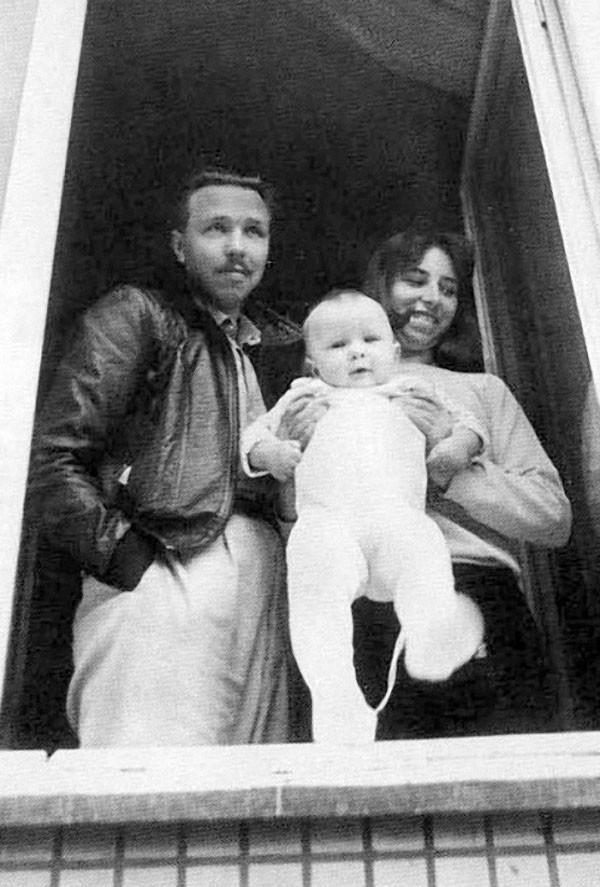 В 1986 году Гарик Сукачев жил с женой и ребенком в рабочем Тушине на первом этаже блочного дома.