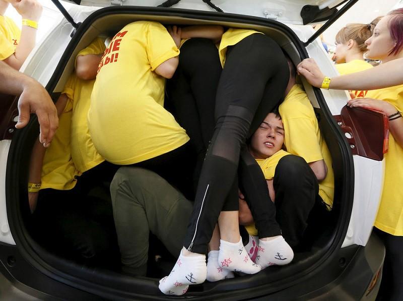 4. Максимальное количество людей в автомобиле В мае этого года в легковушку в Красноярске втиснулось 40 человек. Годы игры в тетрис не прошли даром.