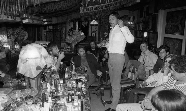 Квартирник — это тот же концерт, только проводился он в обычной жилой квартире. В таком выступлении как правило принимало участие небольшое количество исполнителей, которые играли на акустических инструментах. Музыканты исполняли как свои песни, так и произведения других авторов, а также устраивали «джемы» импровизируя на определенную музыкальную тематику. Сергей Борисов. Квартирник. 1985 год.