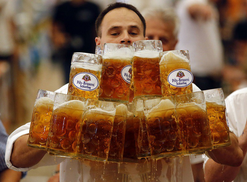7. Наибольшее количество кружек с пивом в руках человека Оливер Струмпфель пронес 27 кружек с пенным на 40 метров. Не удивительно, что рекорд был установлен в Германии