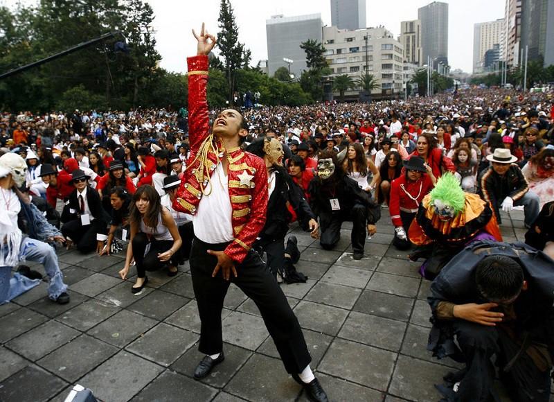 8. Крупнейшее исполнение «Thriller» Майкла Джексона Около 12 000 фанатов почившего короля поп-музыки отдали дань своему кумиру в Мехико, исполнив знаменитый танец на его 51-й день рождения.