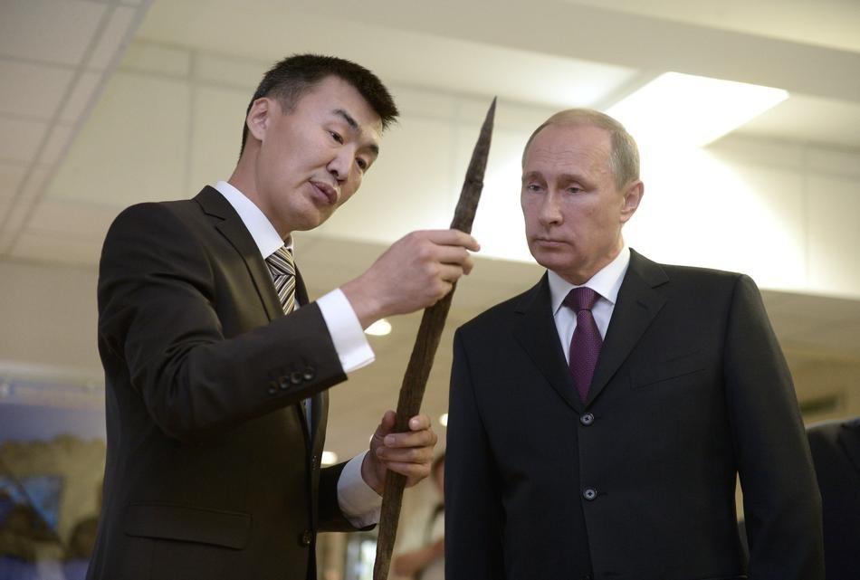 Путин смотрит на копье. (AP Photo / RIA Novosti, Alexei Nikolsky, Presidential Press Service)