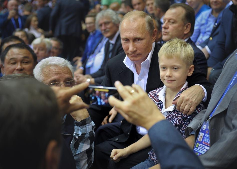 Путин смотрит на iPhone. (AP Photo / RIA Novosti, Alexei Druzhinin, Presidential Press Service)