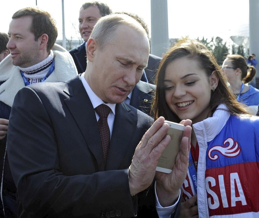 Путин смотрит на iPhone… И смотрите, как трогательно он его держит. (Ria Novosti/Reuters)