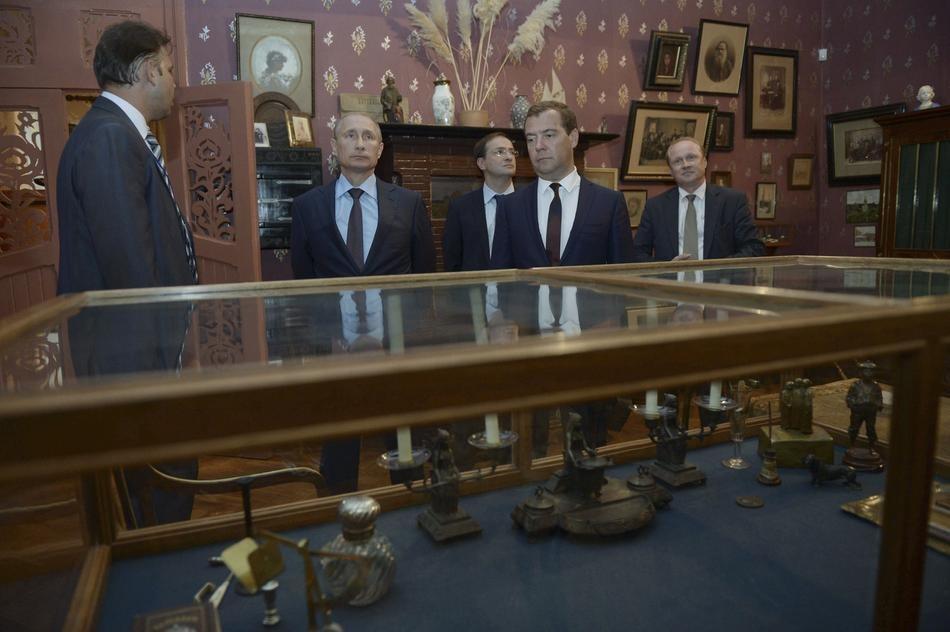 Путин изо всех сил старается не смотреть на предметы в музее, посвященном Антону Павловичу Чехову. (Ria Novosti/Reuters)