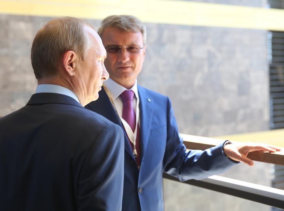 Путин пристально смотрит на солнце. И солнце не рискует светить на кого-то еще. (AP Photo/Sergei Chirikov, pool)