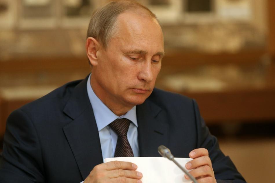 Путин смотрит на бумажку. (Sasha Mordovets/Getty Images)