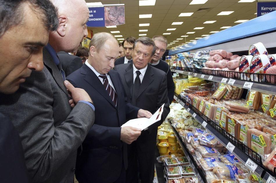 Путин смотрит на список: «30 продуктов для начинающего холостяка». (Ria Novosti/Reuters)