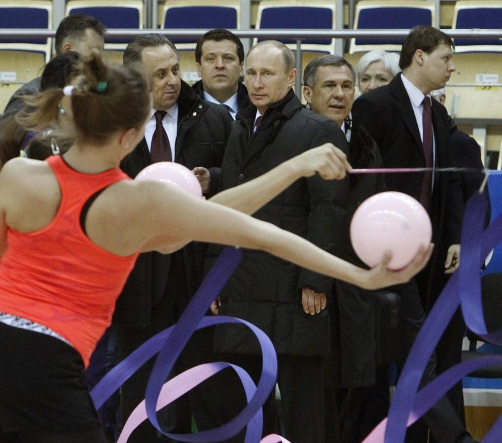Путин смотрит на гимнасток. Мутко смотрит на Путина. Мы смотрим на Мутко… (Sergei Karpukhin/Reuters)
