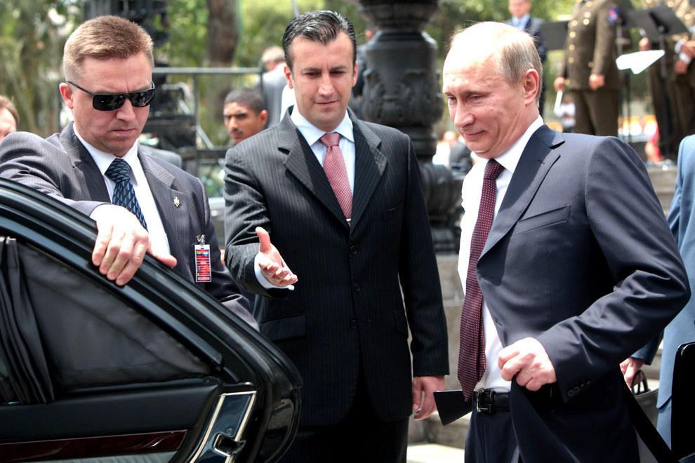 Путин смотрит на свой автомобиль. (Flickr: globovision)