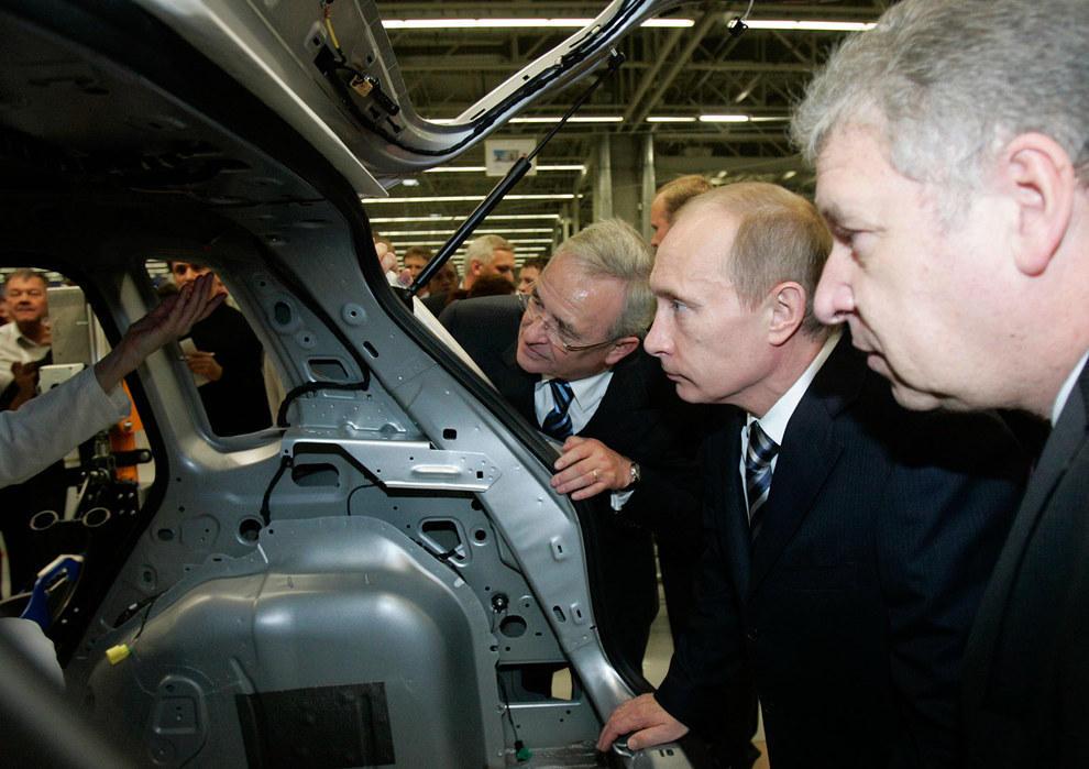 Путин смотрит, как прокачали его тачку. (Alexander Natruskin/Reuters)