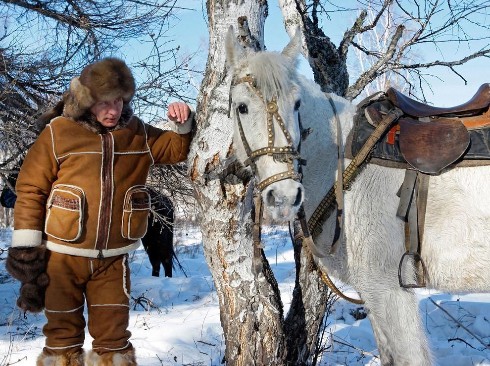 Путин смотрит на коня пронизывающим насквозь взглядом, которому учат только в КГБ. (RIA Novosti/Reuters)