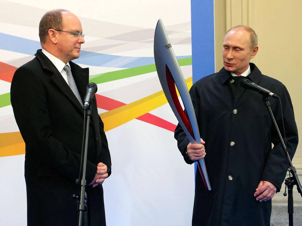 Путин смотрит на олимпийский огонь. (RIA Novosti /Reuters)