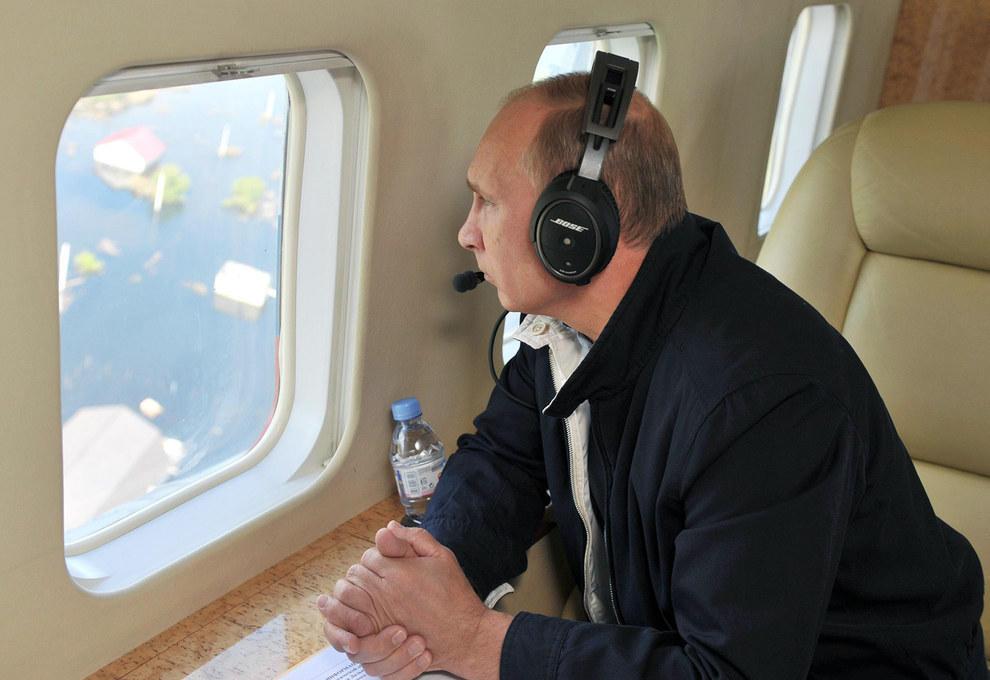 Путин смотрит из окна вертолета. (RIA Novosti/Reuters)