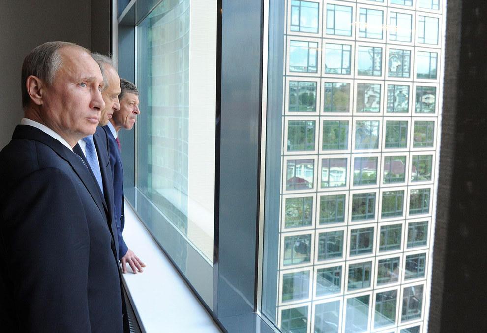 Путин смотрит в светлое настоящее, которое кто-то по ошибке может принять за очередное окно. (RIA Novosti/Reuters)