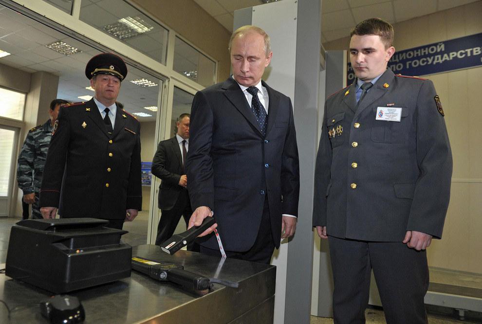 Путин смотрит на приборы правоохранительных органов. (RIA Novosti/Reuters)
