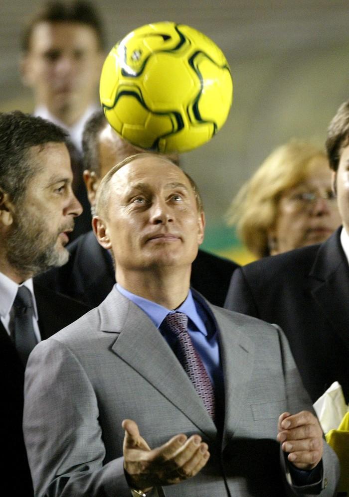 Путин смотрит на мяч и вспоминает свое беззаботное детство. (Reuters Photographer/Reuter)