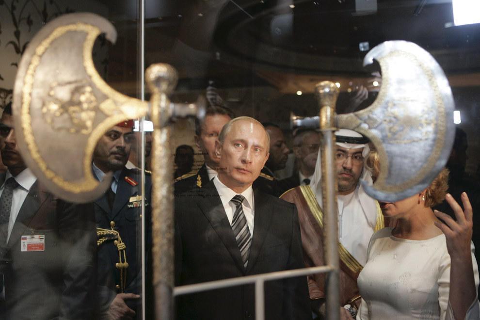 Путин смотрит на оружие освобождения царских времен. (RIA Novosti/Reuters)