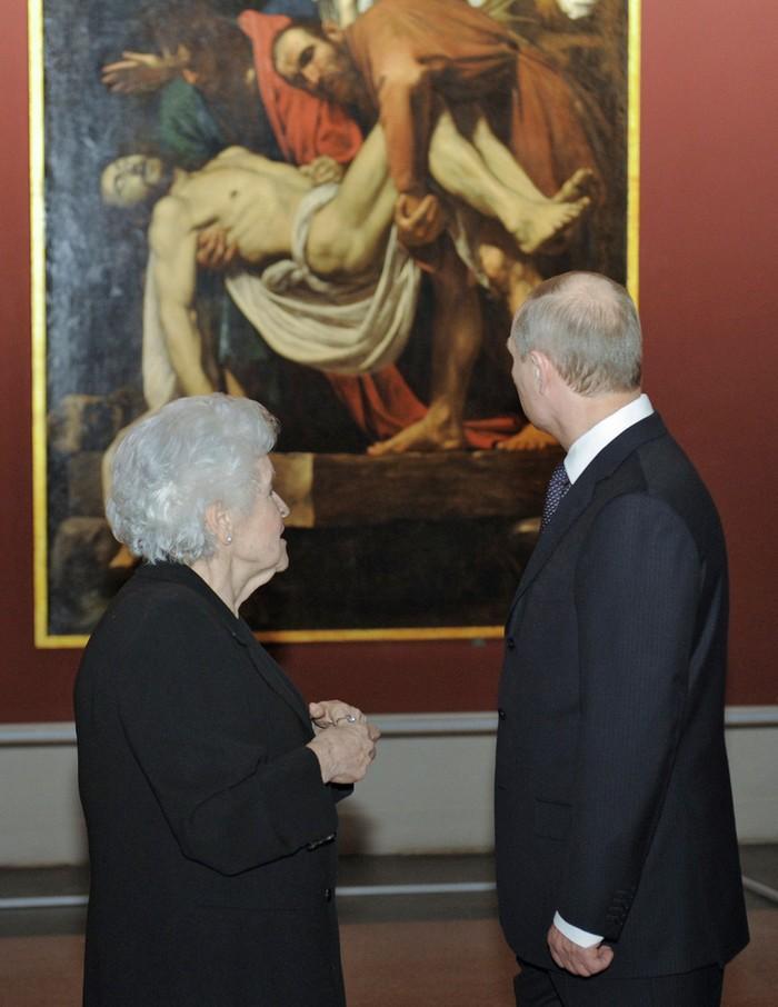 Путин смотрит на искусство. (RIA Novosti/Reuters)