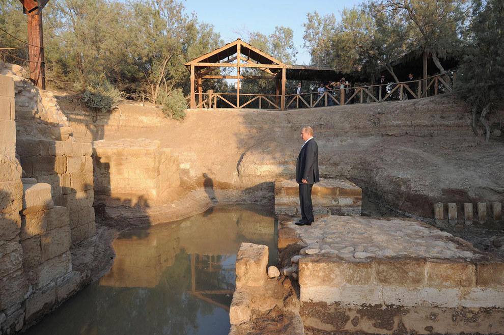 Путин смотрит на место, где, по преданию, Иоанн крестил Иисуса. (RIA Novosti/Reuters)