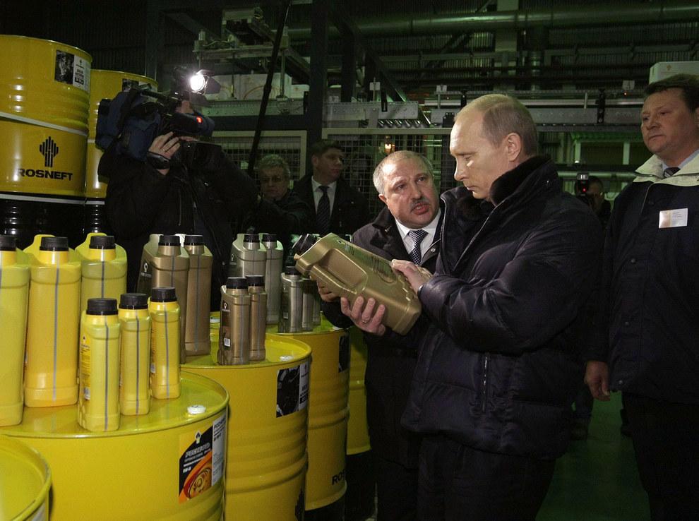 Путин смотрит на нефть. (RIA Novosti/Reuters)