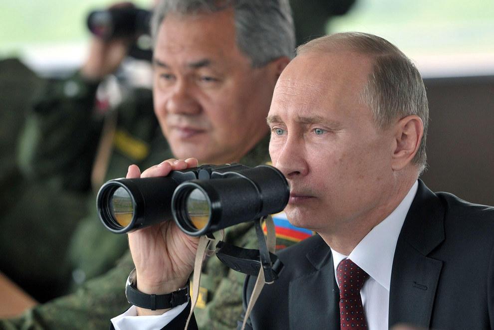 Путин смотрит не в бинокль, потому что его зрение намного мощнее этого бинокля. (RIA Novosti/Reuters)