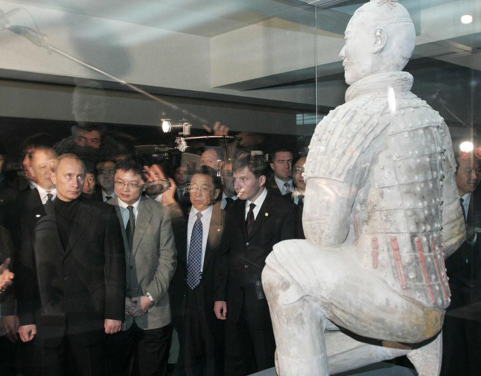Путин играет с терракотовым воином Китая в «кто первый моргнет». Путин никогда не проигрывает. (Viktor Korotayev/Reuters)