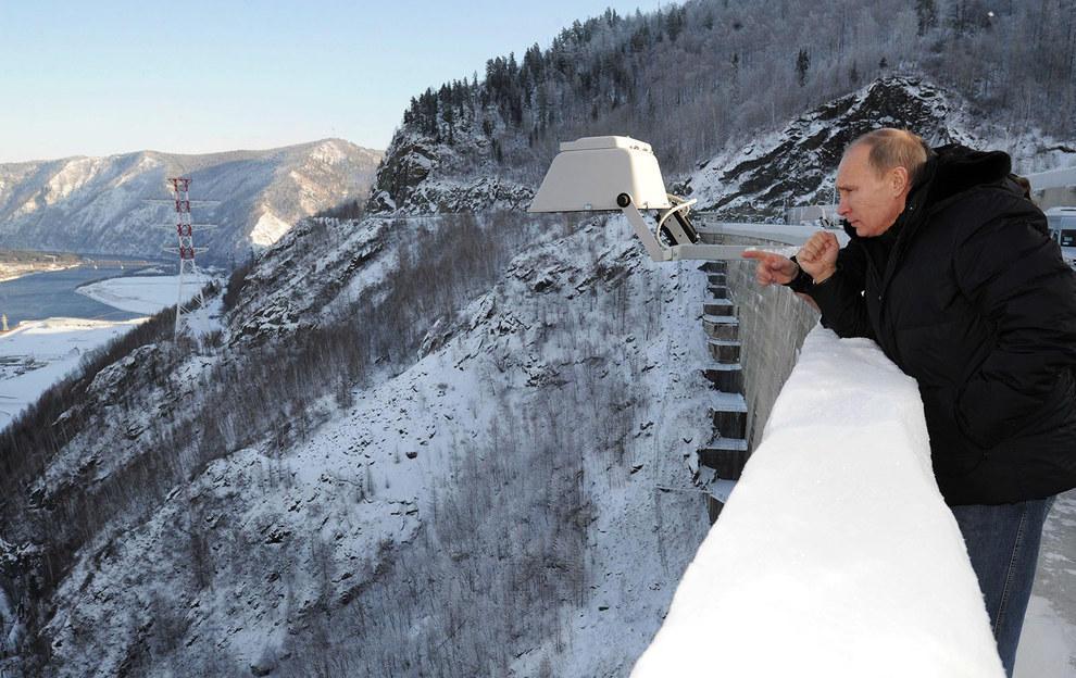 Путин смотрит в морозную даль. (RIA Novosti/Reuters)