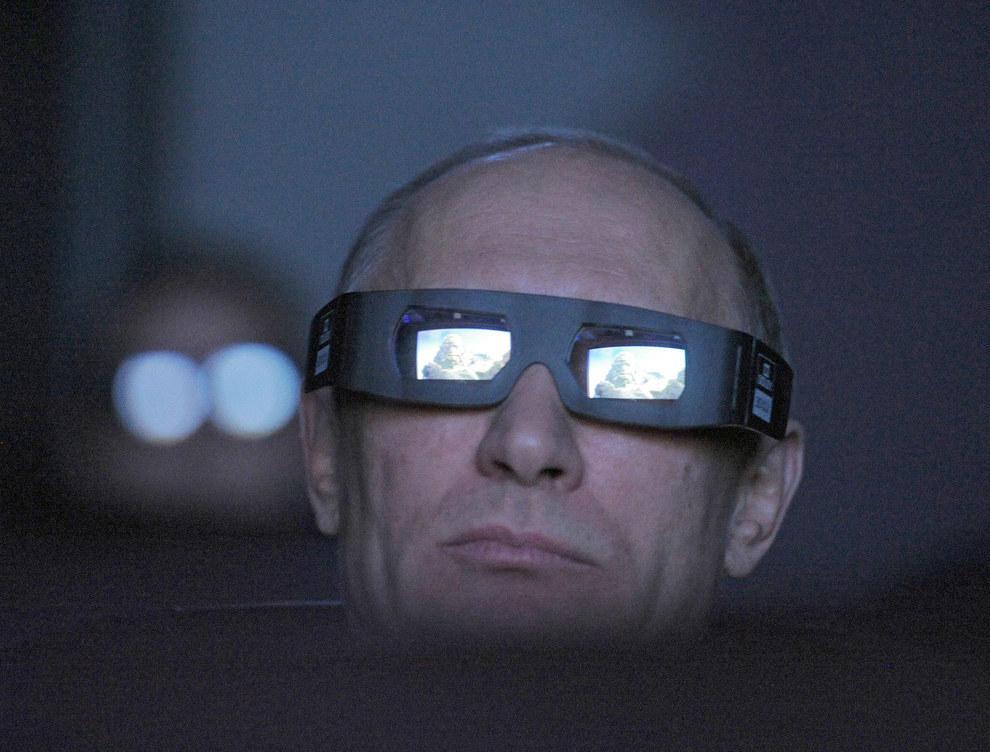 Путин смотрит на мир через очень крутые очки. (RIA Novosti/Reuters)