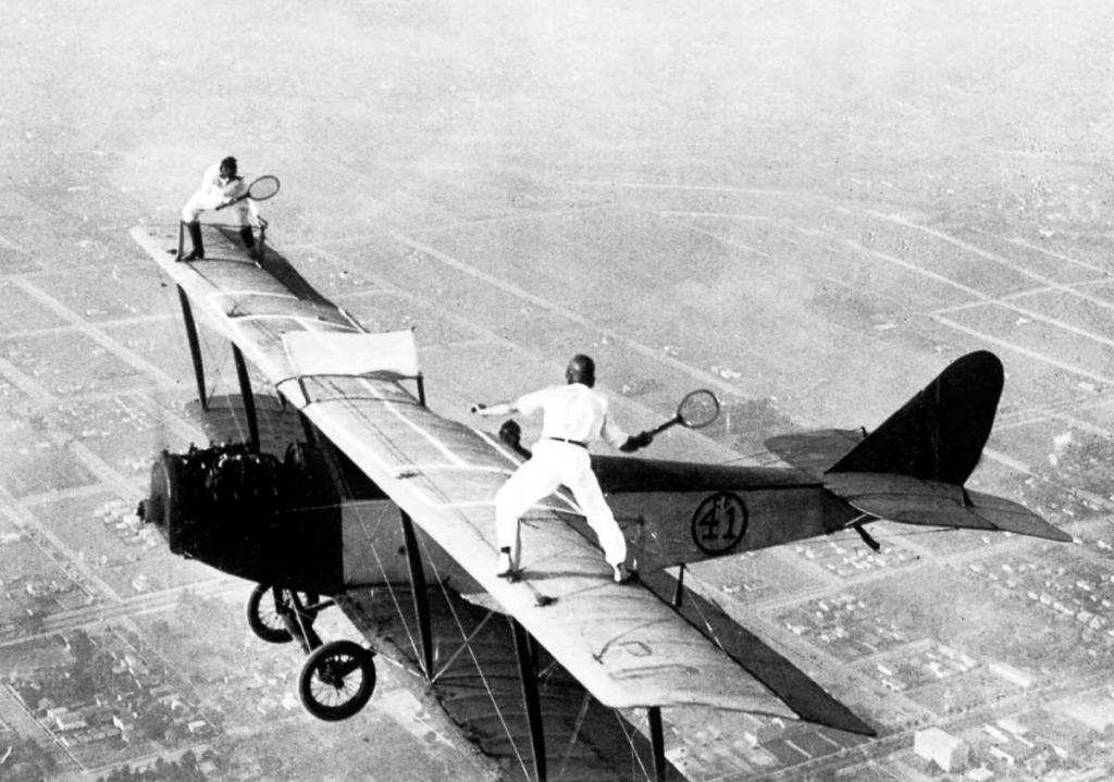 1925 год. Иван Ангер и Глэдис Рой играют в теннис на крыльях биплана.