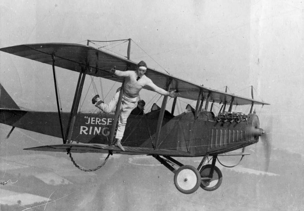 1920 год. Вингволкер стоит на одной ноге на биплане Curtiss во время полета над Нью-Джерси.