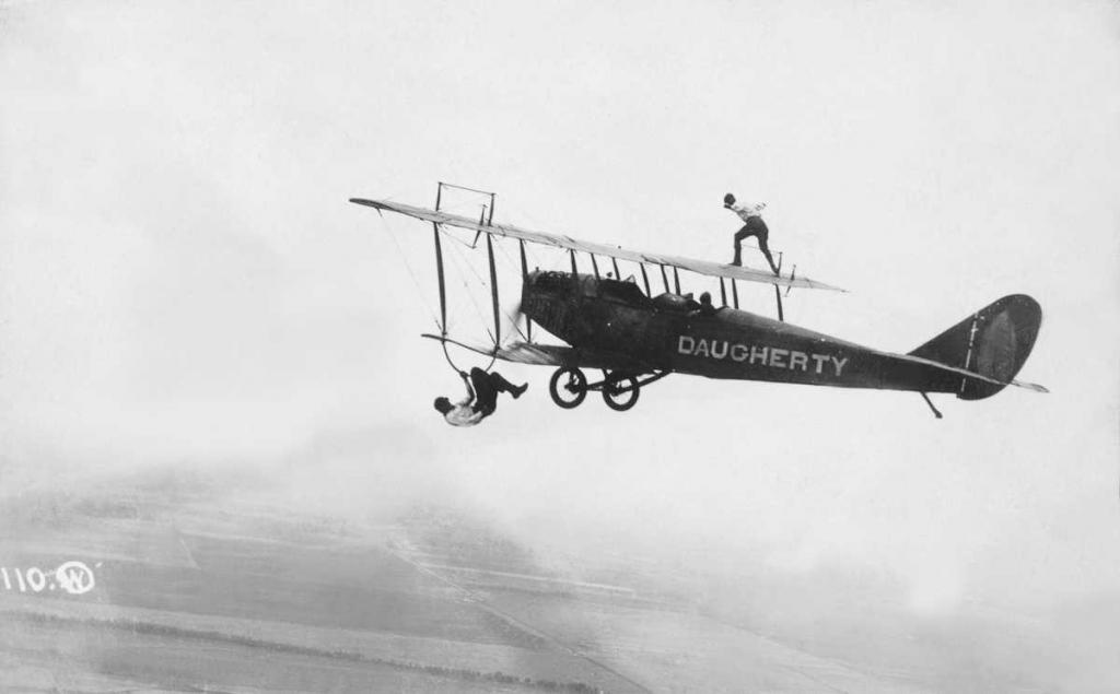 1920 год. Двое вингволкеров на биплане.