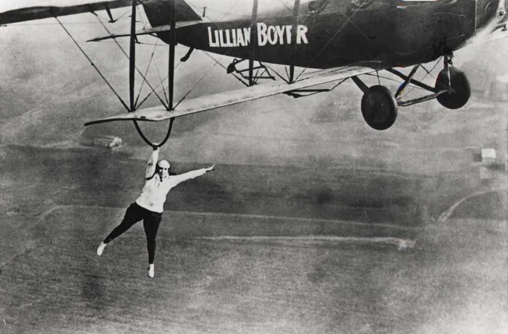 1922 год. Лилиан Бойер под крылом биплана.