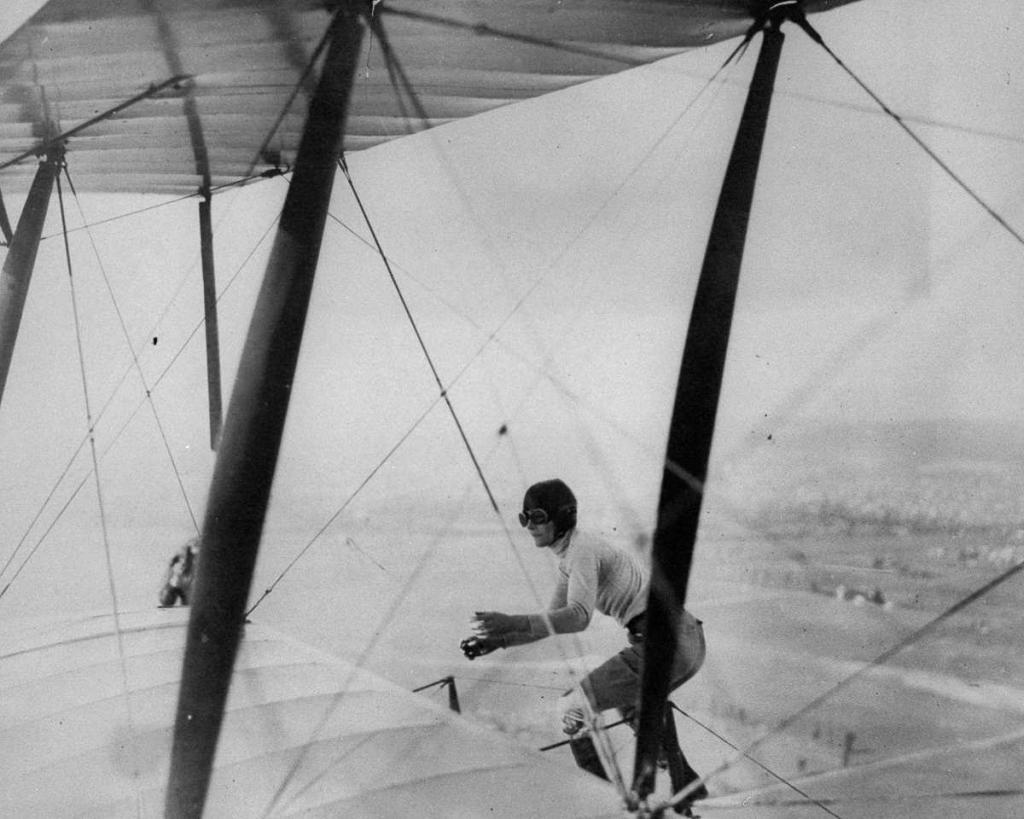 1 февраля 1926 года. Глэдис Энгл балансирует наверху биплана.