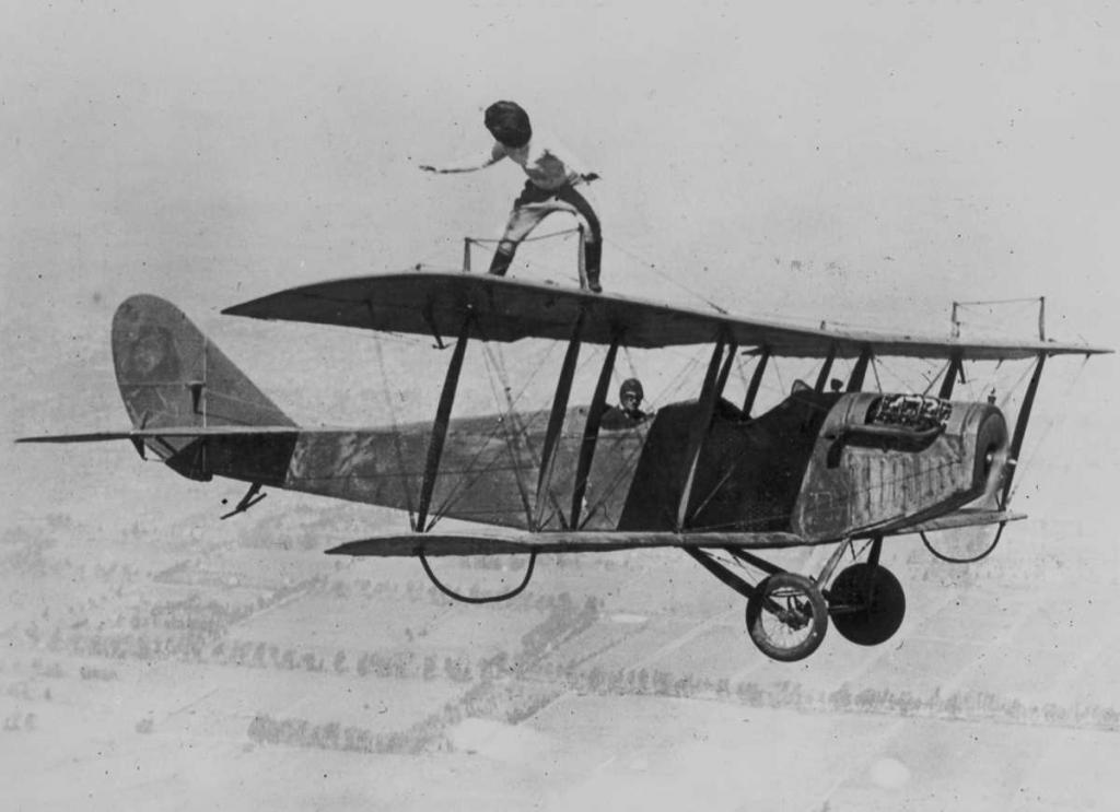 29 марта 1924 года. Глэдис Рой прогуливается по крыльям биплана Curtiss JN-4 «Дженни» над Лос-Анджелесом с завязанными глазами.