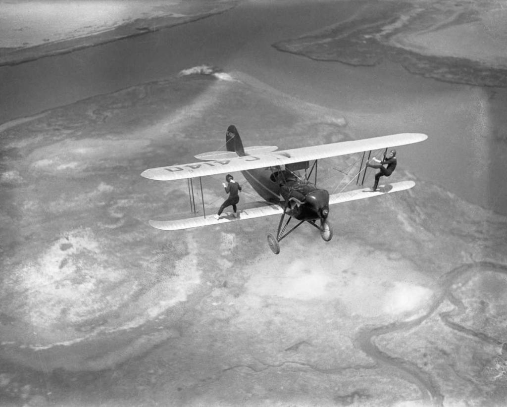 13 мая 1930 года. Билли Бомар и Ува Киммей из «Летающего цирка Говарда» прогуливаются по биплану над штатом Нью-Йорк.