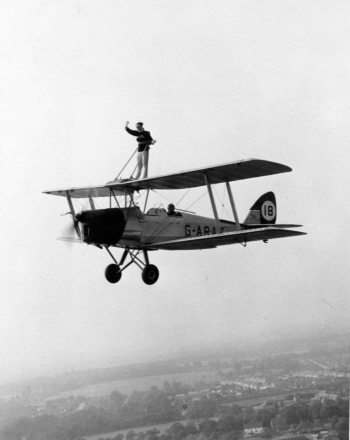 Декабрь 1962 года. Хуанита Джовер наверху биплана Tiger Moth своего бойфренда Льюиса Бенджамина.