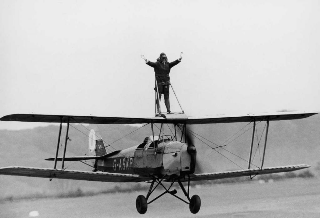 22 мая 1968 года. Джеки Чизмен на крыльях биплана Tiger Moth в авиаклубе Уикомб, Бакингемшир, Англия.