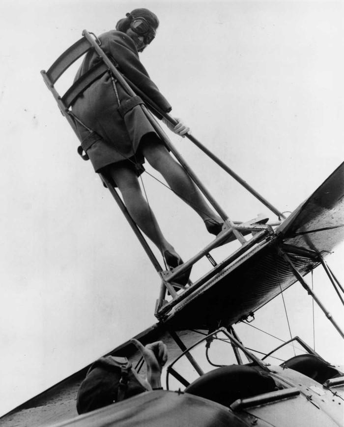 22 мая 1968 года. Мойра Бойд на крыле биплана Tiger Moth в авиаклубе Уикомб.