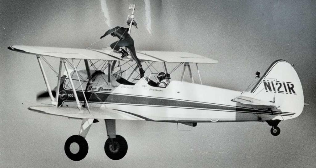 1 сентября 1971 года. Джон Казьян поднимается на крыло самолета Stearman Trainer, летящего над Ниагарским водопадом.